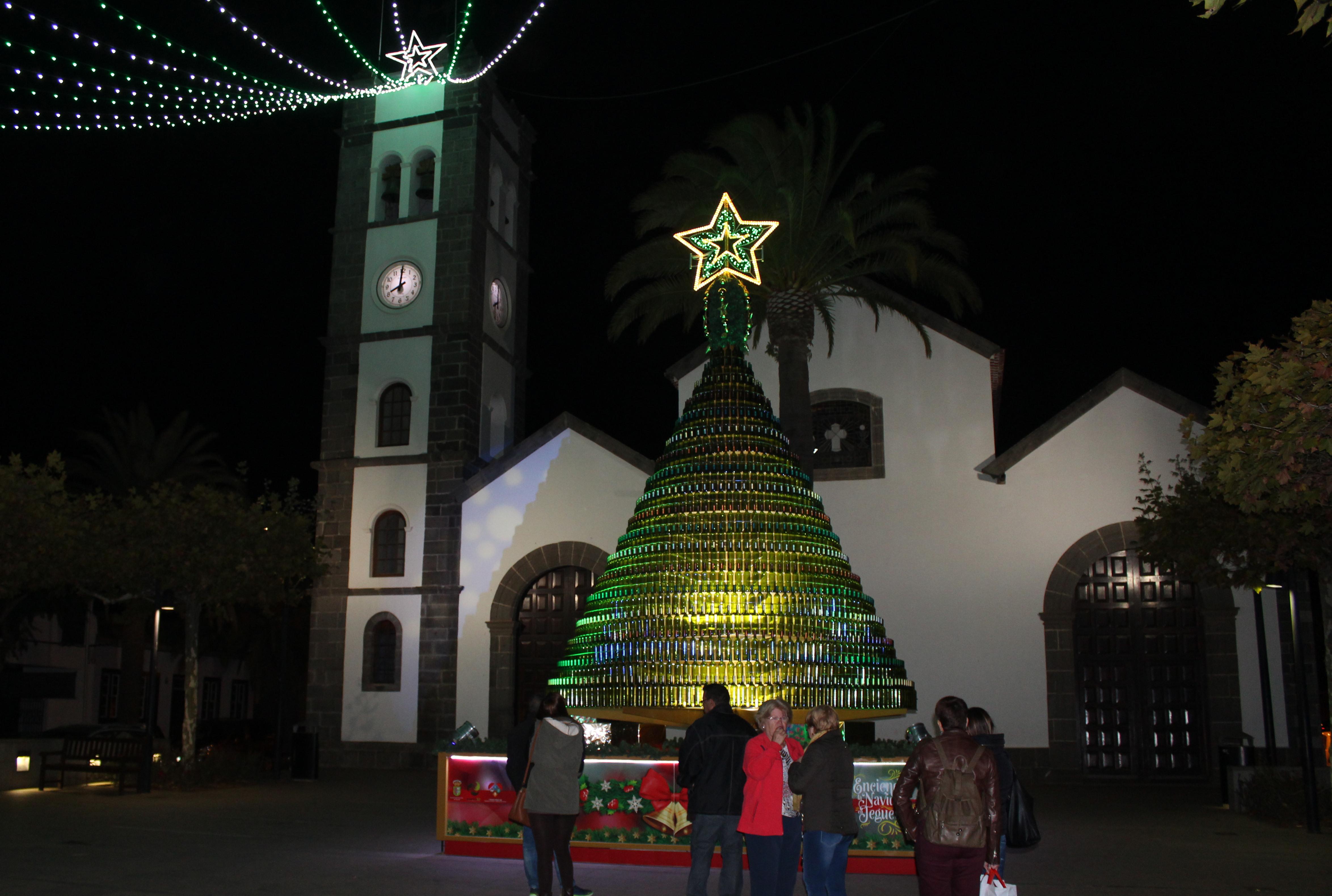 Marcos Para Fotos De Arbol De Navidad.Un Arbol De Navidad De Ocho Metros Y 1600 Botellas Adorna La